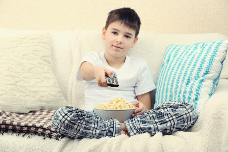 男孩看电视(fotolia)