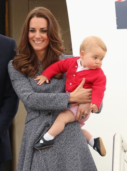 2014年4月25日,威廉王子偕同妻子抵達澳大利亞堪培拉,凱特抱著喬治小王子走下飛機。(Chris Jackson/Getty Images)