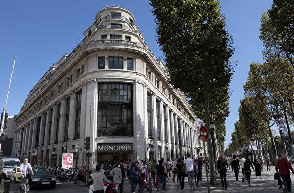根據調查,計劃前往巴黎奧斯曼旗艦店和春天百貨、香榭麗舍大街上的奢侈品店以及物美價廉的大型購物中心「血拼」,是事先排定的行程。圖為香榭麗舍大街上的奢侈品商店。(JACQUES DEMARTHON/AFP/Getty Images)
