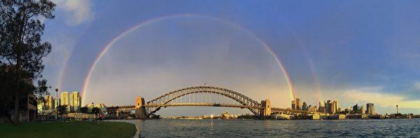 2015年6月17日,澳大利亚悉尼,在悉尼海港大桥观赏到的彩虹。(Cameron Spencer/Getty Images)