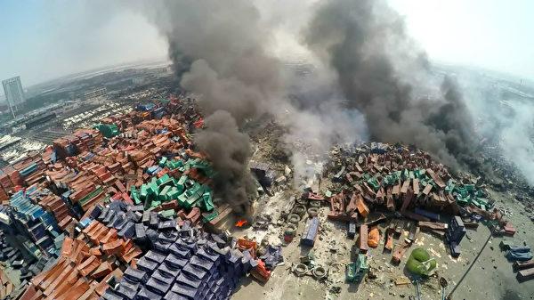 2015年8月13日,天津濱海倉庫爆炸後,濃煙密布。(ChinaFotoPress/ChinaFotoPress via Getty Images)