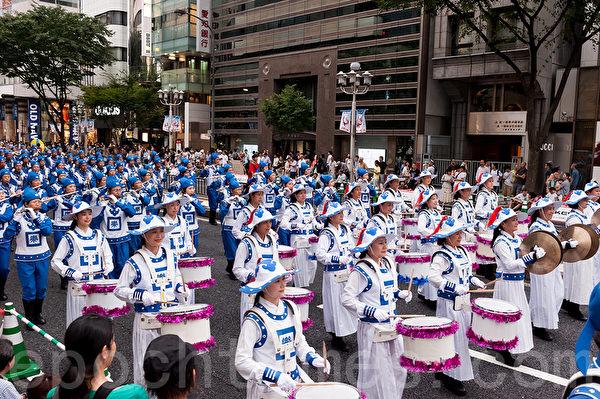 """法轮功学员组成的天国乐团参加了8月末在名古屋举行的一年一度的大型节庆活动""""日本正中节""""。在2天的活动中,进行了6场舞台的定点演出和2场游行,赢得观众们的掌声和赞叹。(游沛然/大纪元)"""