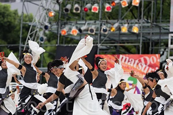 """日本中部最大的夏季节庆""""日本正中节""""于8月29日~30日在名古屋举行,有207个团队,两百多万观众参加了本次活动,2010年被吉尼斯列为参加团体最多的节庆。(游沛然/大纪元)"""