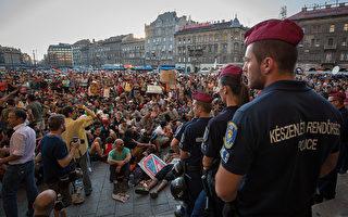 匈牙利警方9月1日封锁了布达佩斯的凯莱蒂火车站,防止无证件移民从哪里乘车前往欧盟其它国家,近千名移民在火车站外举行抗议活动。(Matt Cardy/Getty Images)