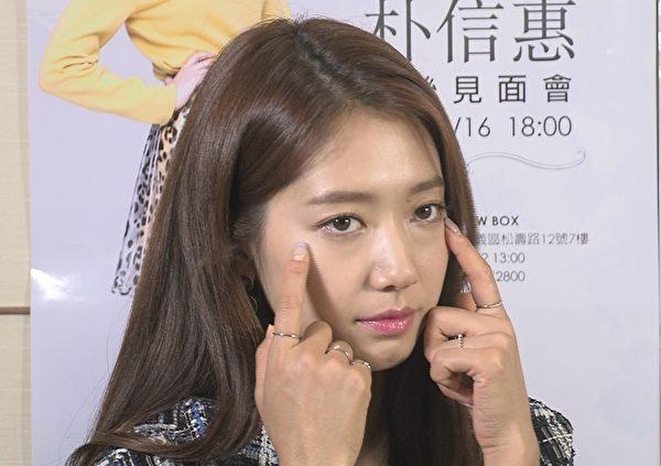 朴信惠接受MTV《我爱偶像》的专访,提到最爱自己的双眼皮。(三立提供)
