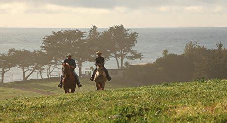 城堡、海岸、骑马、庄园,这些都是加州豪宅的象征,少数超级豪宅还能一次涵盖全部。(Dana Cappiello提供)