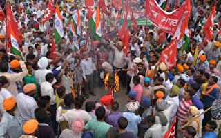 印度10个全国性工会2日发起罢工,抗议政府提出的劳工法改革。(NARINDER NANU/AFP)