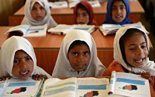 阿富汗一所小学的女孩子们在课堂内听讲 (SHAH MARAI/AFP/Getty Images)