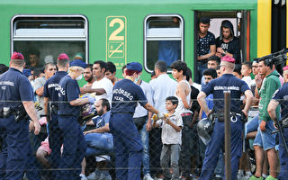 2015年9月3日,靠近匈牙利首都布达佩斯的火车站Bicske已重新开放,但所有到西欧的国际列车已被取消。(Matt Cardy/Getty Images)