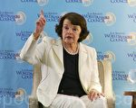 加州联邦参议员范士丹(Dianne Feinstein)于9月2日晚在圣莫尼卡的洛伊斯酒店发表演说。(郑浩/大纪元)