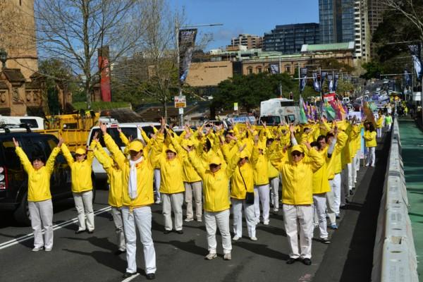 9月4日在澳洲部分法轮功学员在悉尼修炼交流会期间, 举行了盛大的游行。(简玬/大纪元)