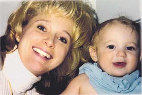 奥尔森7岁的长子在车祸发生前一个多月抓拍下的妈妈塔玛拉与小弟弟格里芬的合照。(IANDS提供)