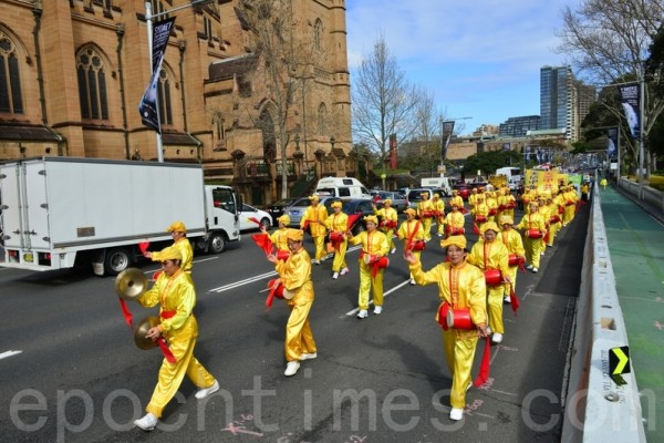 9月4日在澳洲法轮大法修炼心得交流会期间,举行了盛大的游行。图为法轮功学员组成的腰鼓队(简玬/大纪元)