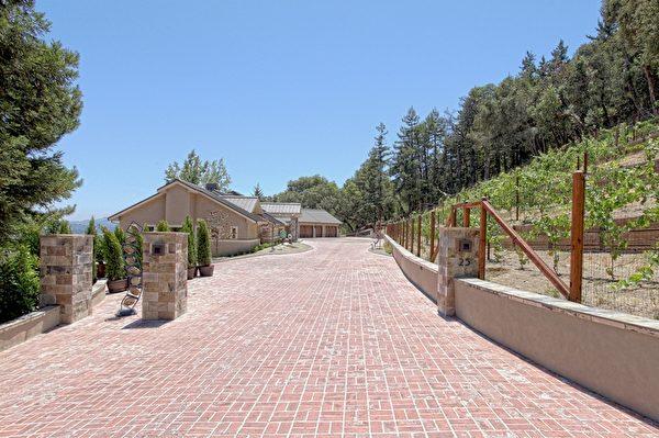 伍德賽(Woodside)房產,位在Oakhill,占地3.86英畝,開價825萬。(Dana Cappiello提供)