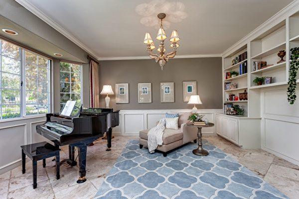 藍白色典雅的圖書室。(Bonnie Glennon提供)