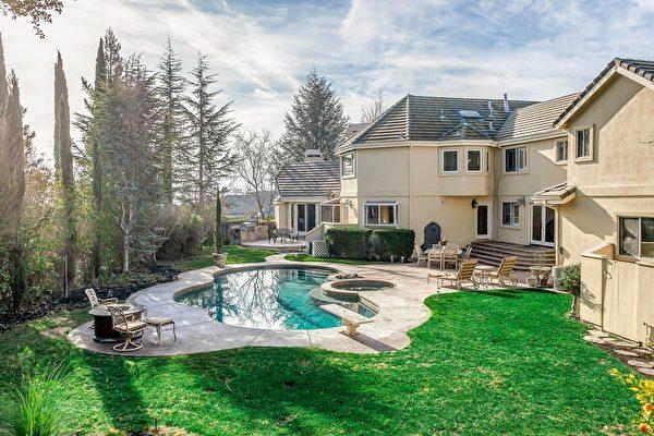 後院的泳池,一同擁抱藍天、綠地、樹林。(Bonnie Glennon提供)