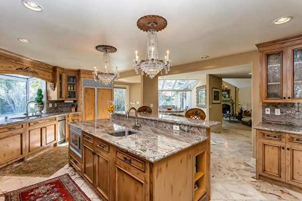 高級廚房,大理石地板、花崗石檯面。(Bonnie Glennon提供)