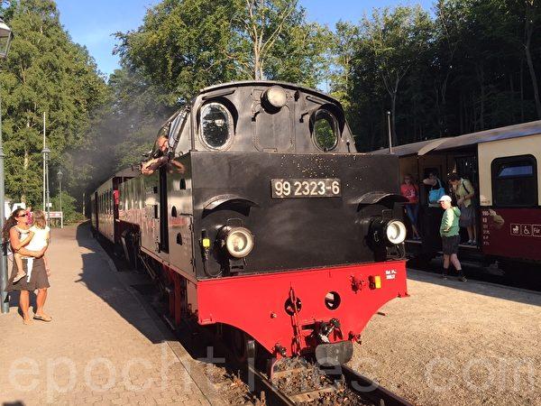 有將近130年歷史的火車帶乘客進入德國寧靜的鄉村生活。(青松/大紀元)