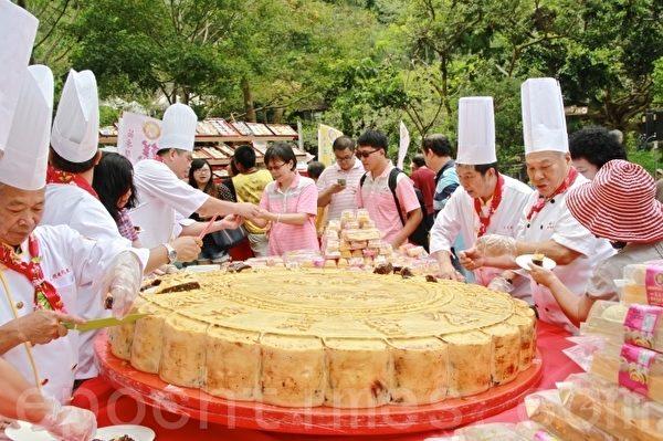 苗栗县糕饼同业公会制作重达600台斤的大月饼,分享给游客。(许享富 /大纪元)