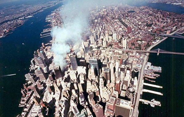 2001年9月11日,紐約,世貿中心倒塌現場的空拍圖。(AFP)