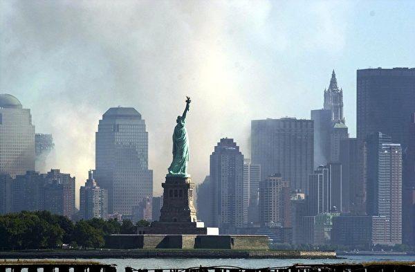 2001年9月11日,紐約,世貿中心倒塌後,曼哈頓下城濃煙密布。(Tannen MAURY/AFP)