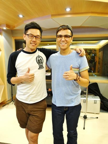 《夢想海洋》導演王威翔(左)與徐詣帆,導演笑自己欠他債還不完。(華聯國際提供)