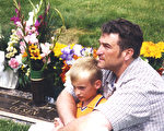杰夫‧奥尔森出院后,与幸存的长子斯宾塞在爱妻和幼子墓前。(IANDS提供)