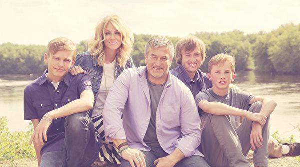 杰夫‧奥尔森与第二任妻子谭雅(Tonya,左二)、长子斯宾塞(右二)及领养的两个儿子(左一,右一)合影。(courtesy of Jeff Olsen)