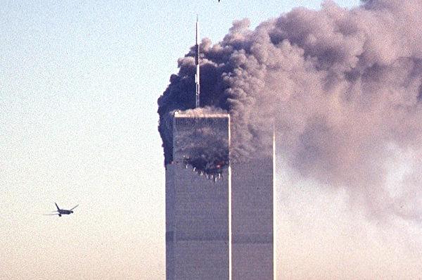 2001年9月11日,紐約,聯合航空第175班機,衝向世貿中心南塔的瞬間。(SETH MCALLISTER/AFP)