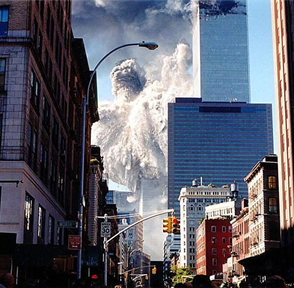 2001年9月11日,紐約,從世貿中心附近街道拍攝到的倒塌瞬間畫面。(AARON MILESTONE/AFP/Getty Images)