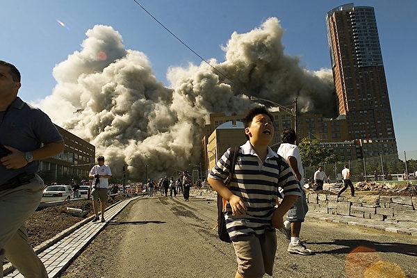 2001年9月11日,紐約,世貿中心雙塔倒塌後,附近民眾倉惶逃離。(Jose Jimenez/Primera Hora/Getty Images)
