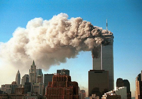 2001年9月11日,紐約,世貿中心雙塔遭撞擊後,起火燃燒冒出濃煙。(Robert Giroux/Getty Images)