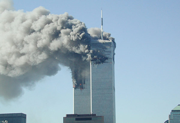 2001年9月11日,紐約,世貿中心雙塔遭撞擊後,起火燃燒冒出滾滾濃煙。(Fabina Sbina/ Hugh Zareasky/Getty Images)