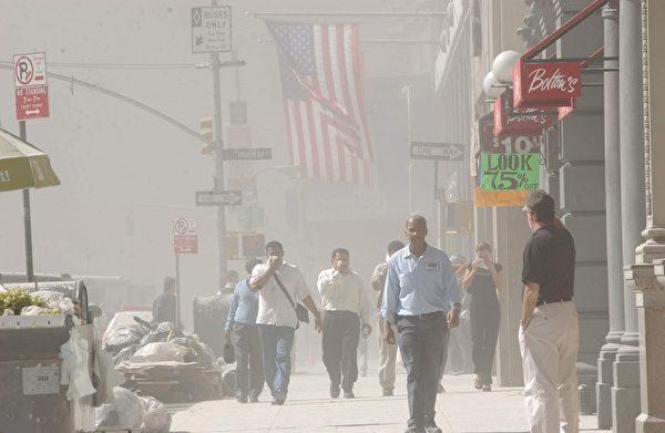2001年9月11日,紐約,世貿中心雙塔遭撞擊後,附近街道灰燼塵土密布。(Spencer Platt/Getty Images)