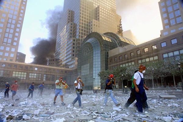 2001年9月11日,紐約,世貿中心雙塔遭撞擊後,附近街道灰燼塵土密布。(Mario Tama/Getty Images)