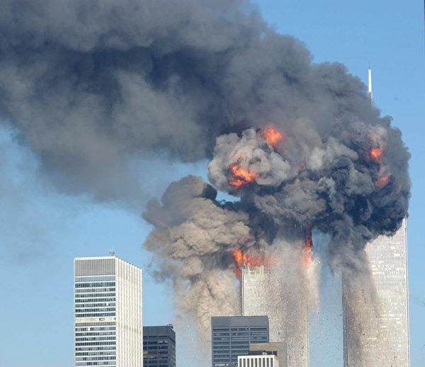 2001年9月11日,紐約,世貿中心雙塔遭撞擊後,起火燃燒。(Spencer Platt/Getty Images)