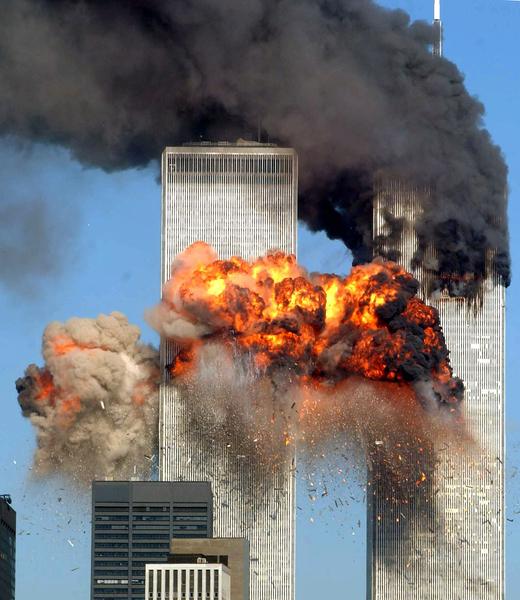2001年9月11日,紐約,世貿中心南塔遭撞擊後,瞬間起火燃燒。(Spencer Platt/Getty Images)
