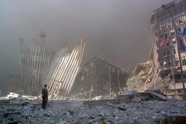 2001年9月11日,紐約,世貿中心雙塔倒塌現場一隅。(DOUG KANTER/AFP/Getty Images)