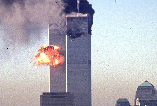 2001年9月11日,紐約,世貿中心南塔遭撞擊的瞬間起火燃燒。(SETH MCALLISTER/AFP)