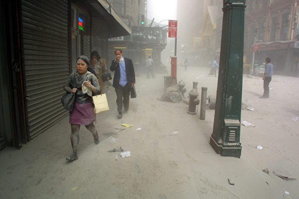 2001年9月11日,紐約,世貿中心雙塔遭撞擊後,附近街道灰燼塵土密布。(Doug KANTER/AFP)
