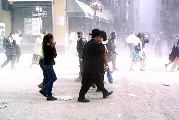 2001年9月11日,紐約,世貿中心雙塔遭撞擊後,附近街道灰燼塵土密布。(DOUG KANTER/AFP0