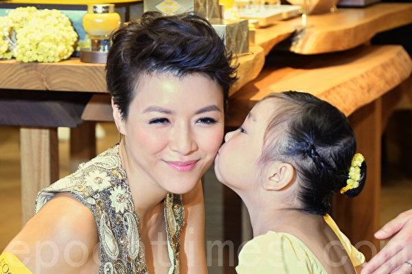 陳茵媺獲小模特兒親吻。(宋祥龍/大紀元)
