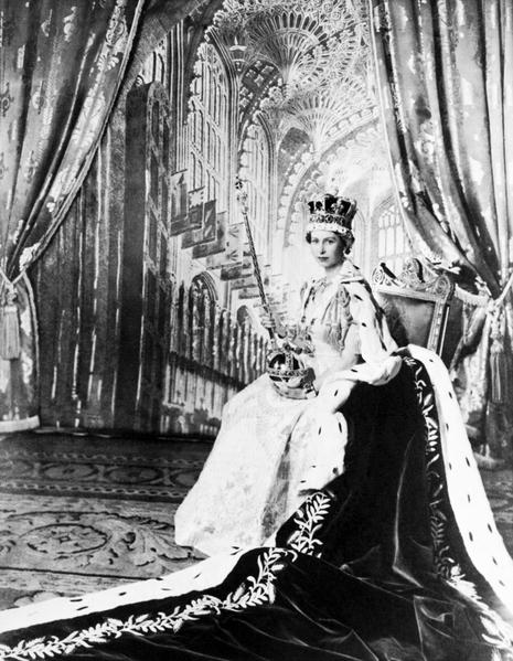 1953年6月2日,伊莉莎白二世在西敏寺加冕儀式完成後正式成為英國君主。(STF/AFP/Getty Images)
