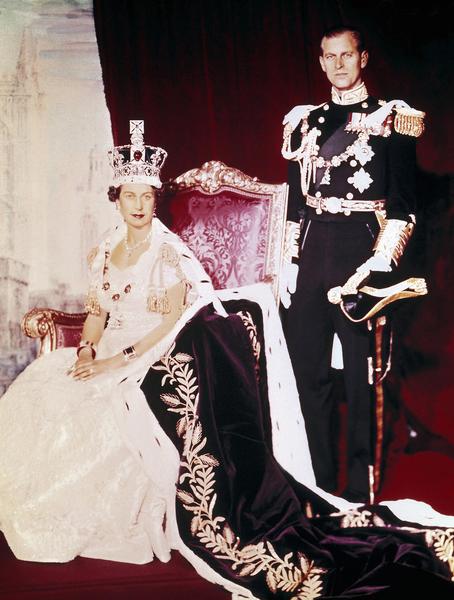 圖為1953年6月2日英國女王伊莉莎白二世(左)加冕日和菲力普親王在白金漢宮合影。2007年12月20日,女王81歲時即成為英國在位年紀最長的君主。(STRINGER/AFP/Getty Images)