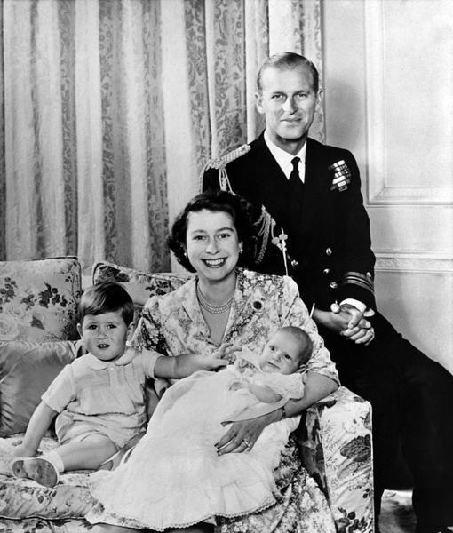 1950年10月,女王伊莉莎白二世(左)、菲力普親王(右)、查爾斯王子(前左)和安妮公主(前右)在倫敦合影。(AFP/GettyImages)