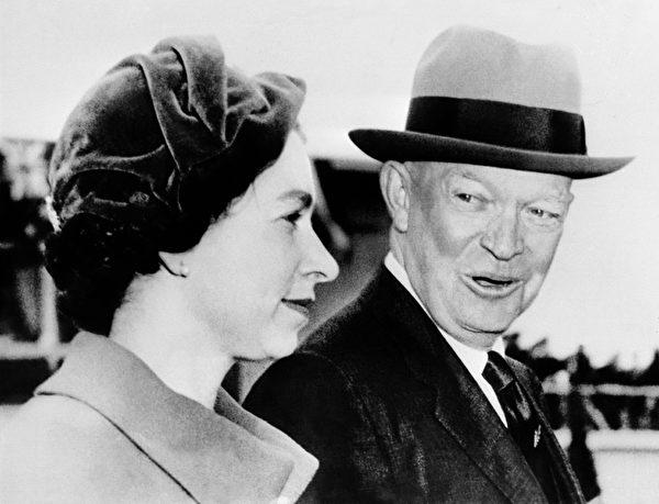 1957年10月18日,英國伊莉莎白二世女王在美國華盛頓受到艾森豪總統的歡迎。(AFP/GettyImages)