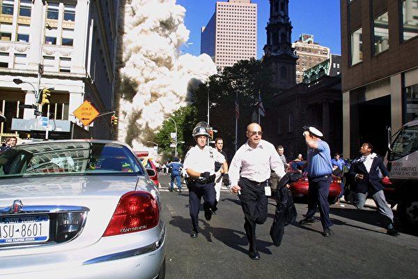 2001年9月11日,紐約,世貿中心雙塔遭撞擊後,民眾倉惶逃離。(Doug KANTER/AFP)