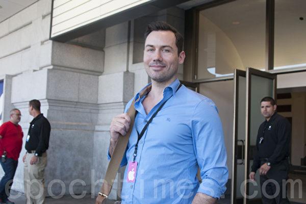 澳大利亚电视第7台记者奎恩(Valens Quinn)表示,本次iPhone升级让人有购买欲望。(周凤临/大纪元)