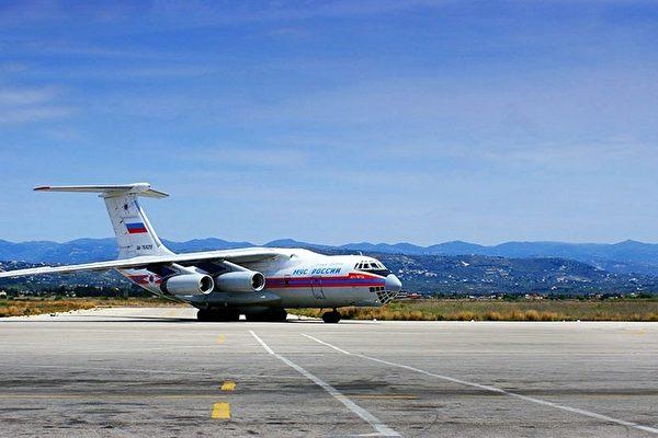 俄羅斯外長拉夫羅夫表示,俄羅斯一直為阿薩德政權提供軍事裝備,並幫助敘利亞政府軍學習如何操作俄製武器裝備,打擊恐怖分子。圖為2014年4月15日,一架俄羅斯飛機運截15噸物資飛抵拉塔基亞市附近的巴塞勒阿薩德國際機場。(AFP PHOTO/ HO/SANA)