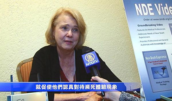 濒死体验医疗教学片的制片人罗伯塔‧摩尔女士。(新唐人电视台提供)